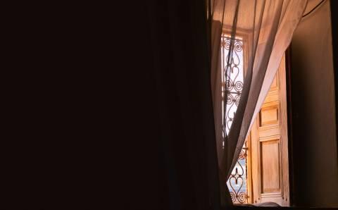 Dieninės užuolaidos ir kiti langų uždengimai – kaip derinti?