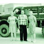 1965 m. Centre ŽKO viršininkas G. Kuznecovas. Bronislava ir Onutė pasiruošusios darbams. Tokios mašinos parveždavo iškastus medžius nuo seno Vilnius–Kaunas kelio