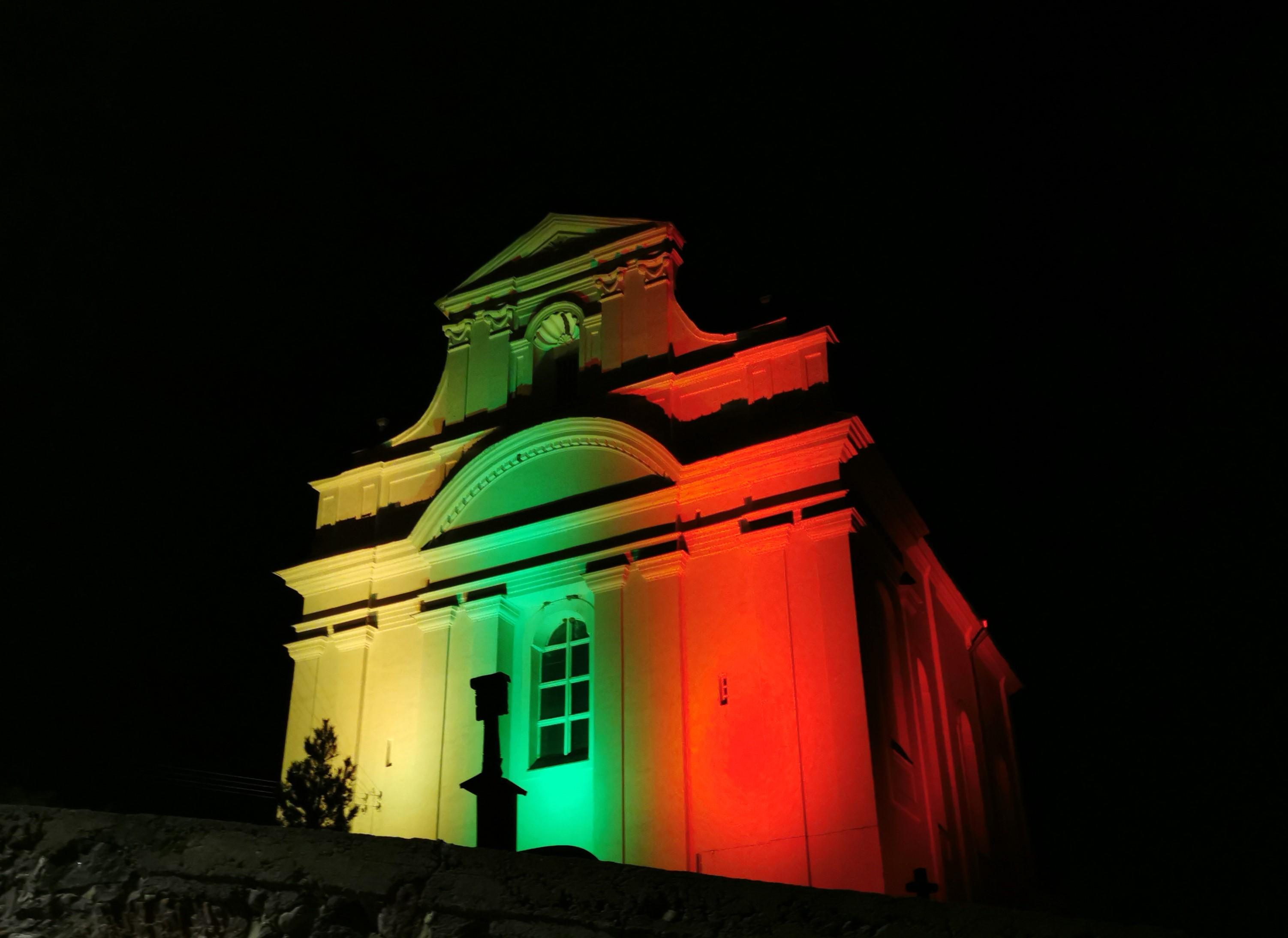 Kovo 11-osios proga Kazokiškių bažnyčia nušvito trispalvės spalvomis
