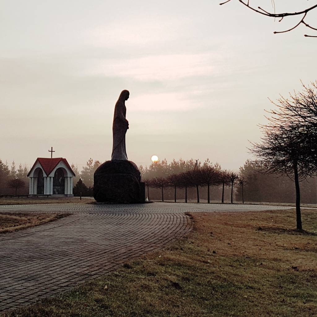 Sakralinis Rožinio slėpinių kelias kardinolo Vincento Sladkevičiaus tėviškėje Guronyse