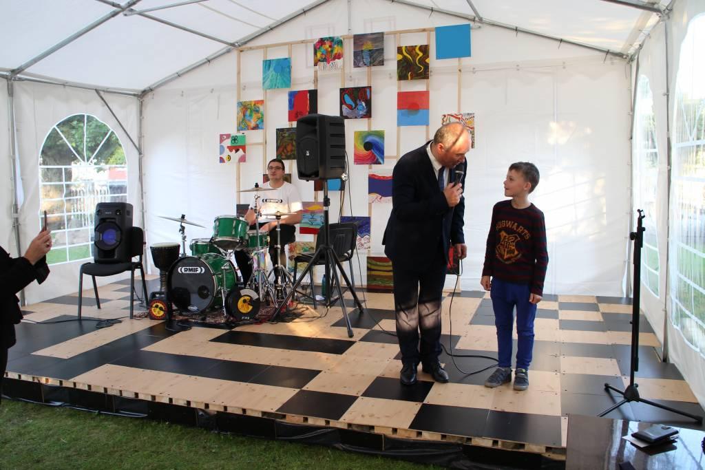 Vievio meno mokykloje atidaryta vasaros koncertų salė
